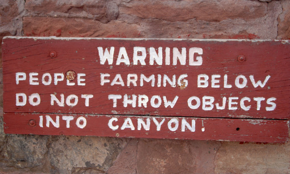 Sign at the top of Canyon del Muerto in Canyon de Chelly National Monument.