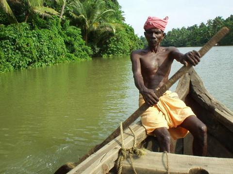 Keralan rowing a riverboat.